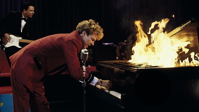 кадр из фильма Great Balls Of Fire, dennis quaid, горящее пианино